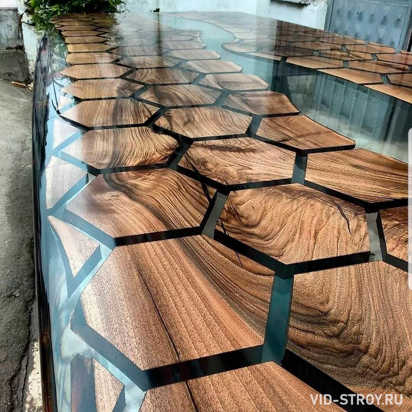 стол из деревянных шестигранников залитых эпоксидной смолой