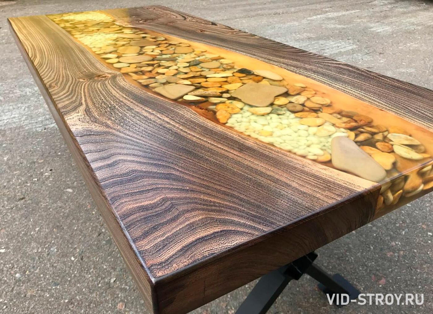 стол из дерева, речных камней залитых смолой