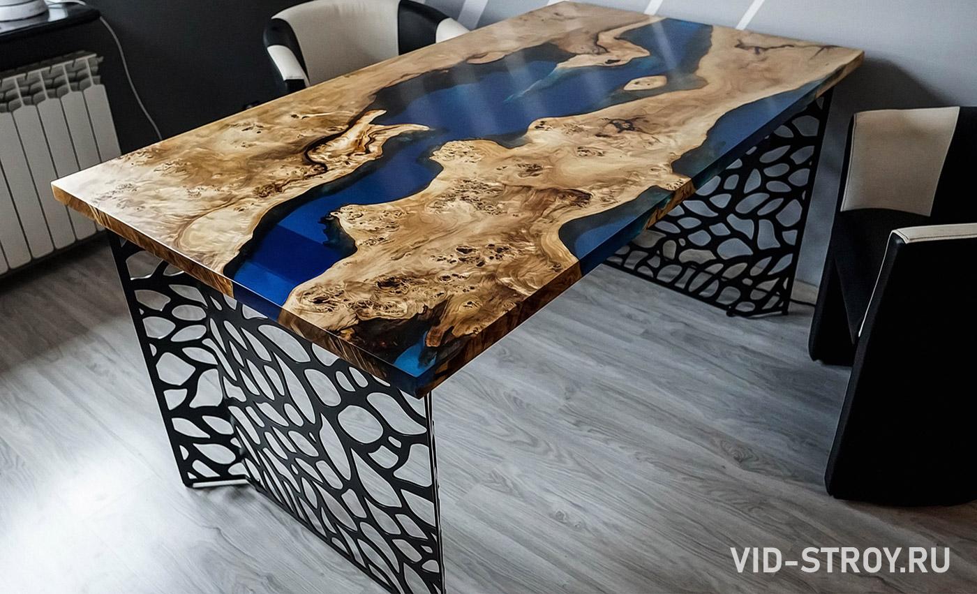 стол из ковки, дерева и эпоксидной смолы