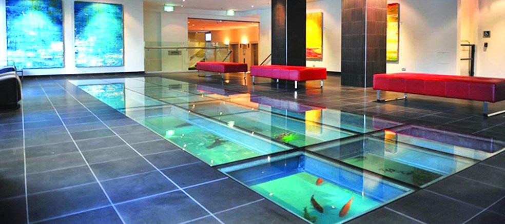 Стеклянный пол аквариум